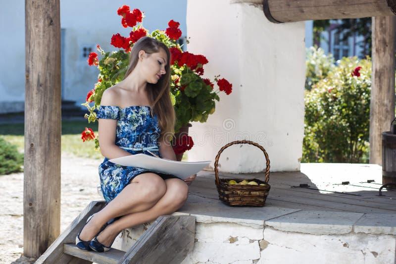充分速写篮子苹果的妇女 免版税库存照片
