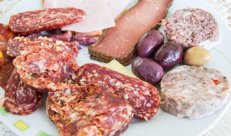 充分镀切片肉和橄榄的不同的类型 库存照片