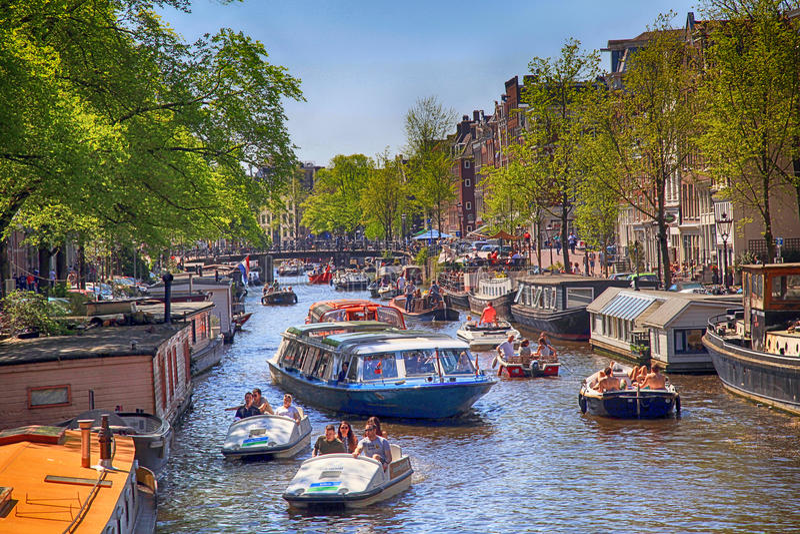充分阿姆斯特丹运河小船和人在阿姆斯特丹, Neth 库存照片