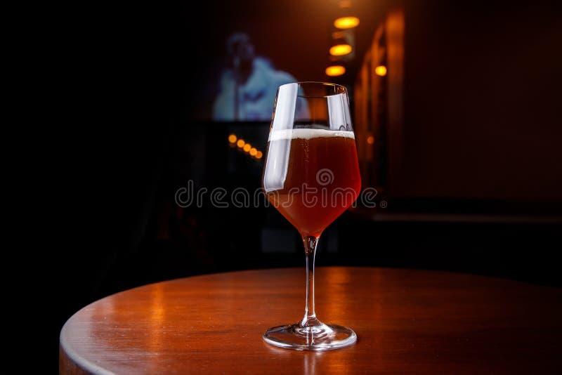 充分高郁金香玻璃在酒吧 免版税库存照片