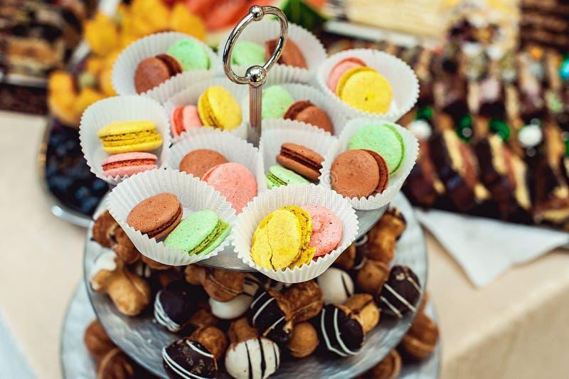 充分玻璃立场不同的甜点和蛋白杏仁饼干 库存照片
