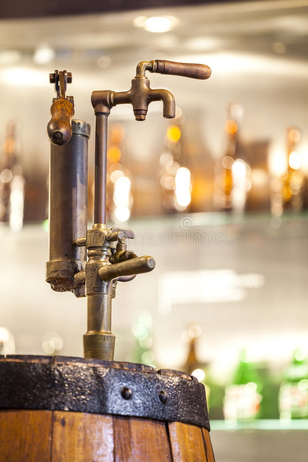 充分滚磨的葡萄酒轻拍酒精 免版税图库摄影