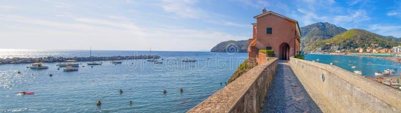 充分Levanto,拉斯佩齐亚省,海滩和散步全景在5 Terre附近的人夏令时 免版税库存照片