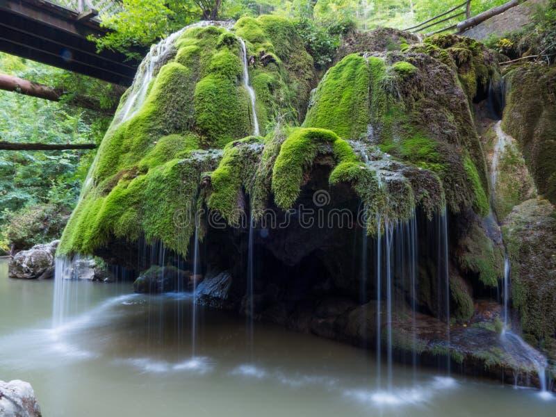 充分unic美丽的Bigar瀑布绿色青苔 图库摄影