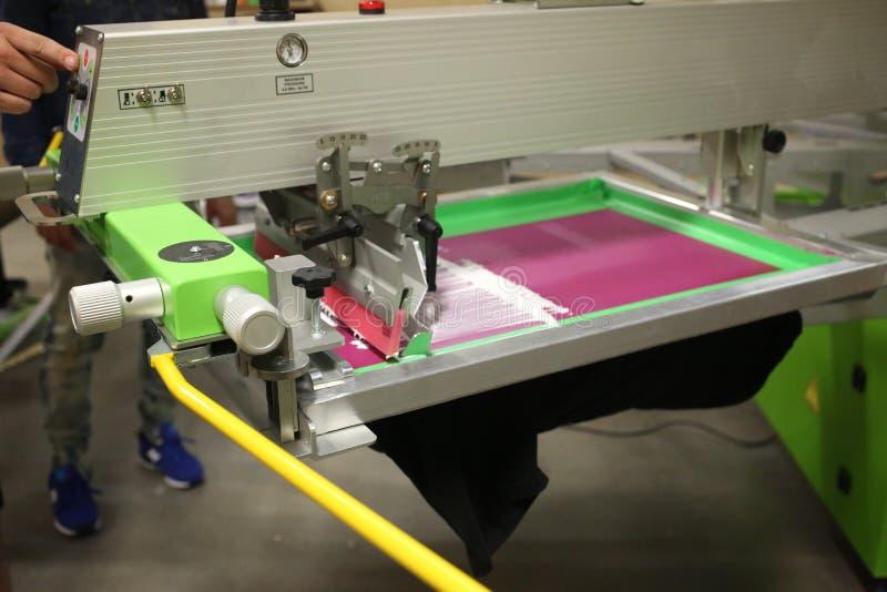 充斥一个桃红色屏幕的屏幕打印机 库存图片