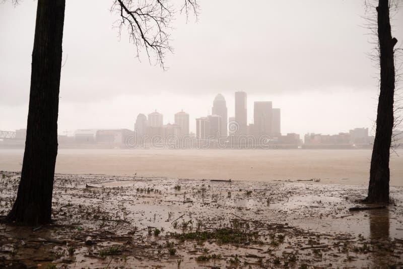 充斥俄亥俄河溢出的路易斯维尔肯塔基的历史的风暴 库存照片