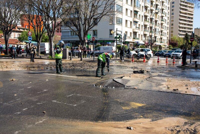 充斥在街道由于破裂的导管 免版税库存图片