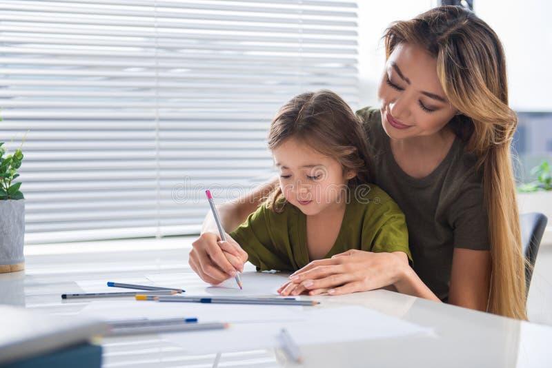 充满享受的创造性的父母和儿童绘画 免版税库存图片