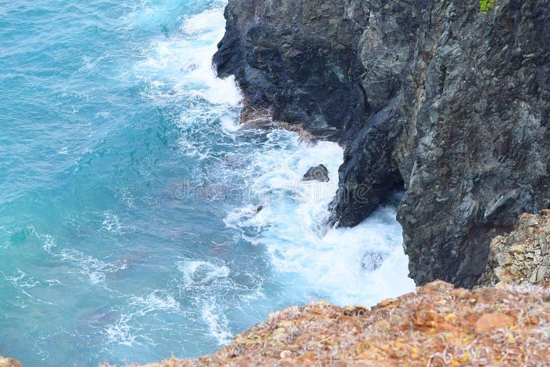 充满危险-与陡峭的岩石倾斜的斜坡到深蓝色海洋里下面- Chidiya Tapu,布莱尔港,安达曼尼科巴,印度 免版税库存图片