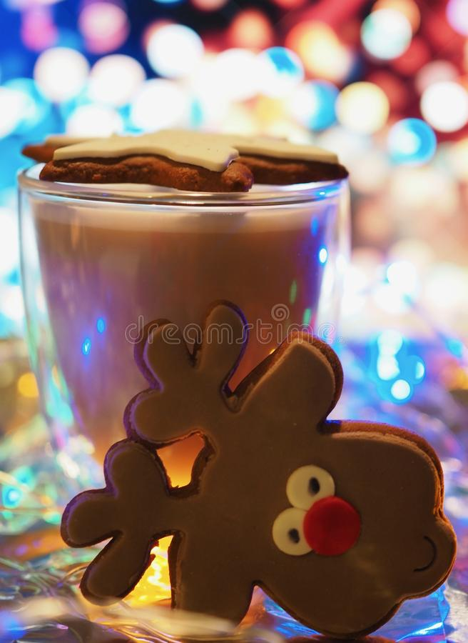 充满咖啡杯圣诞节心情的圣诞节姜饼 免版税库存照片