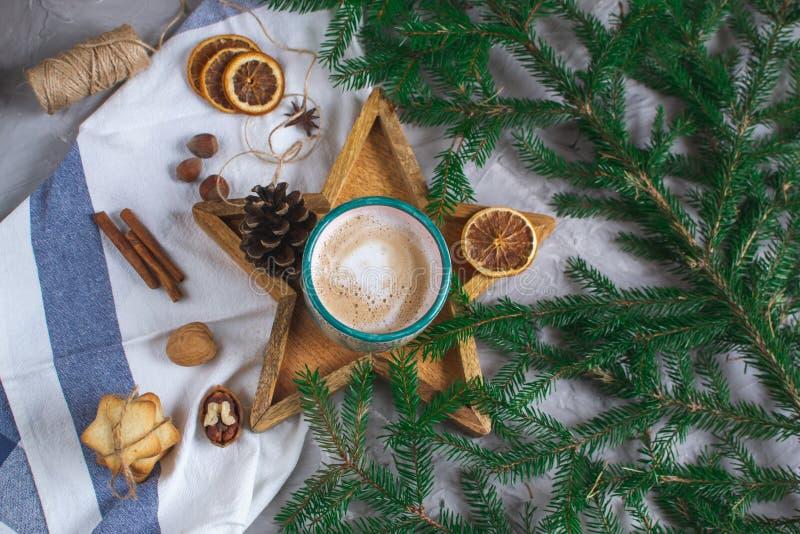 充满咖啡热奶咖啡圣诞节早晨曲奇饼装饰新年概念冬天心情的木盘子星杯 免版税库存照片