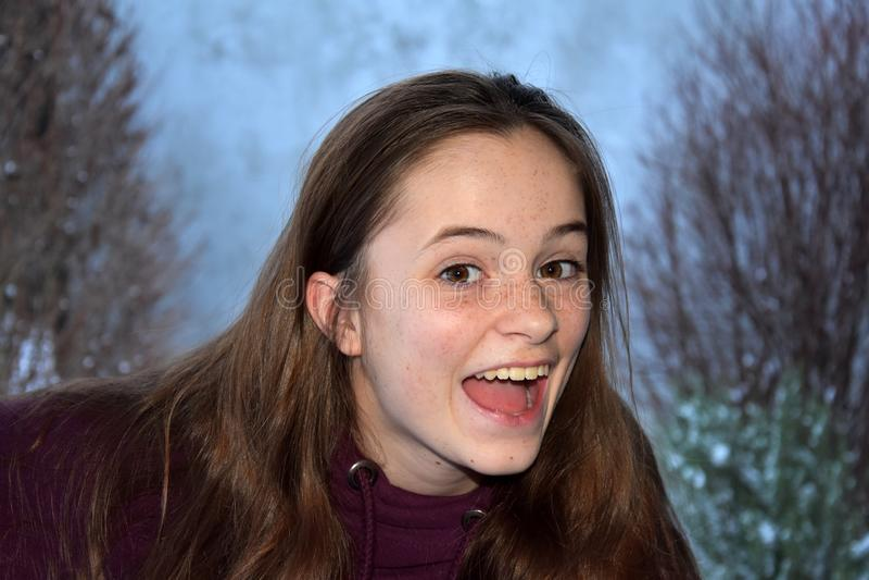 充满喜悦的逗人喜爱的十几岁的女孩尖叫 库存照片