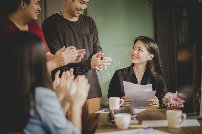 充满幸福的亚洲自由职业者的队会议在现代家庭办公室 免版税库存照片