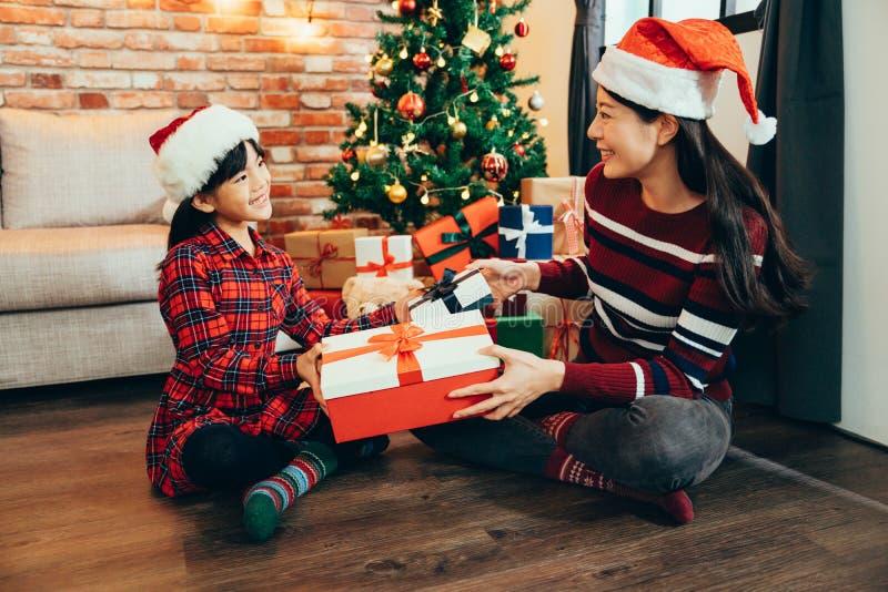 充满拿着惊奇的礼物盒的爱的幸福家庭 免版税图库摄影