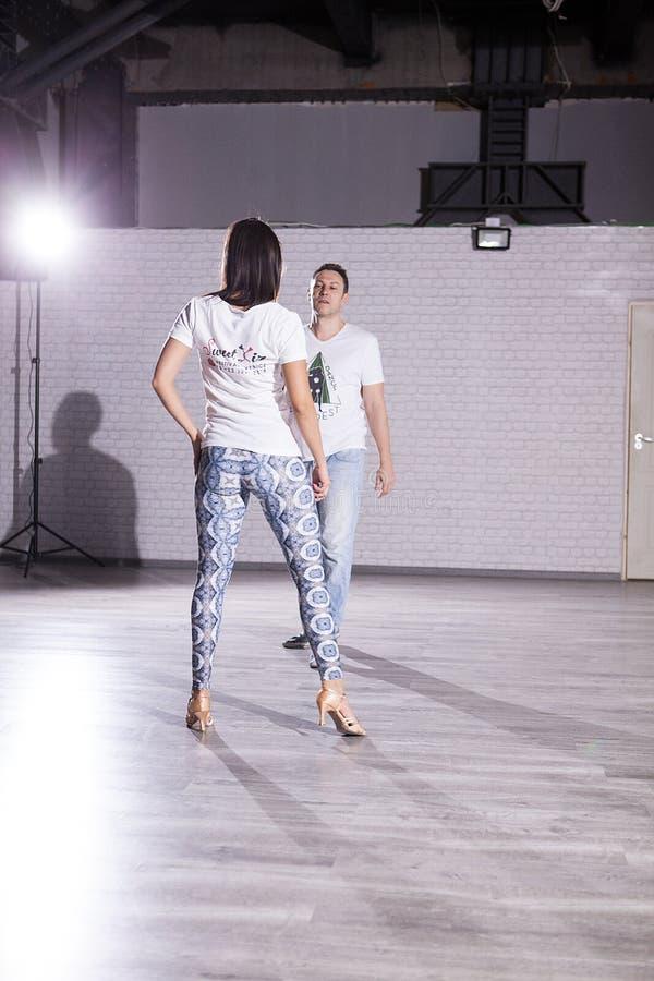充满激情的有吸引力的年轻夫妇跳舞 美好的舞蹈 库存图片