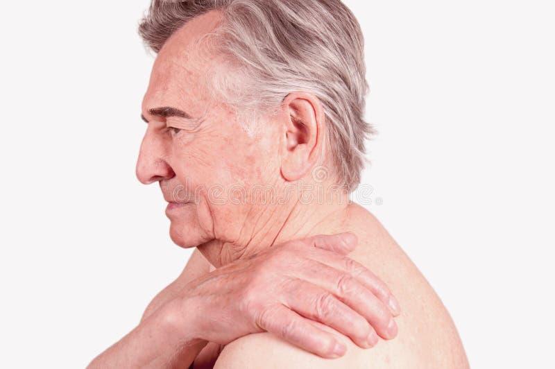 充满痛苦的老人在肩膀 库存照片