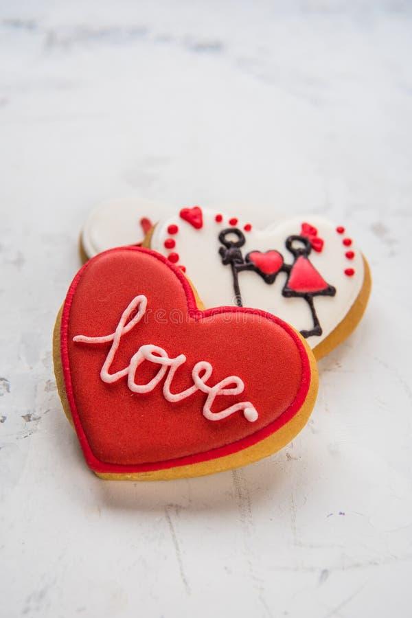 充满白色和红色结冰爱的曲奇饼心脏对华伦泰` s天 图库摄影
