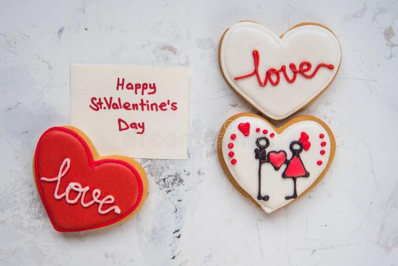 充满白色和红色结冰爱的曲奇饼心脏对华伦泰` s天 免版税库存照片