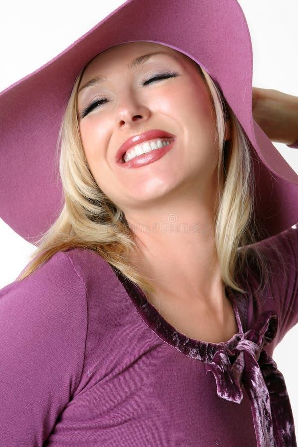 充满的帽子大充满活力的妇女 图库摄影