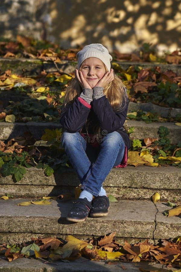 充满秋天心情的女孩 免版税图库摄影