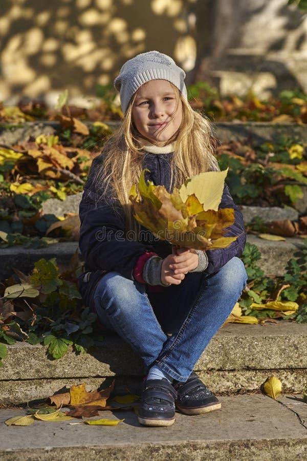 充满秋天心情的女孩 库存图片
