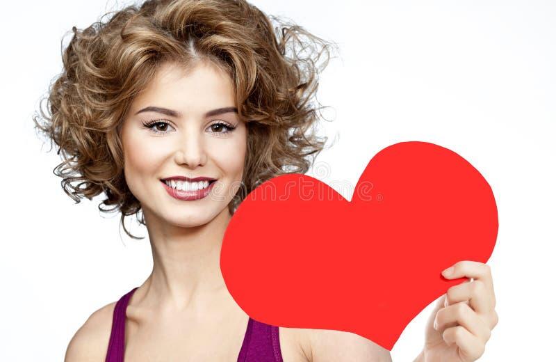 充满红色心脏华伦泰` s爱的妇女秀丽 免版税库存照片