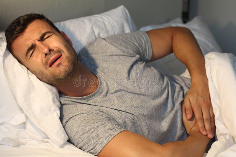 充满胃肠痛苦的病的男性 免版税库存照片