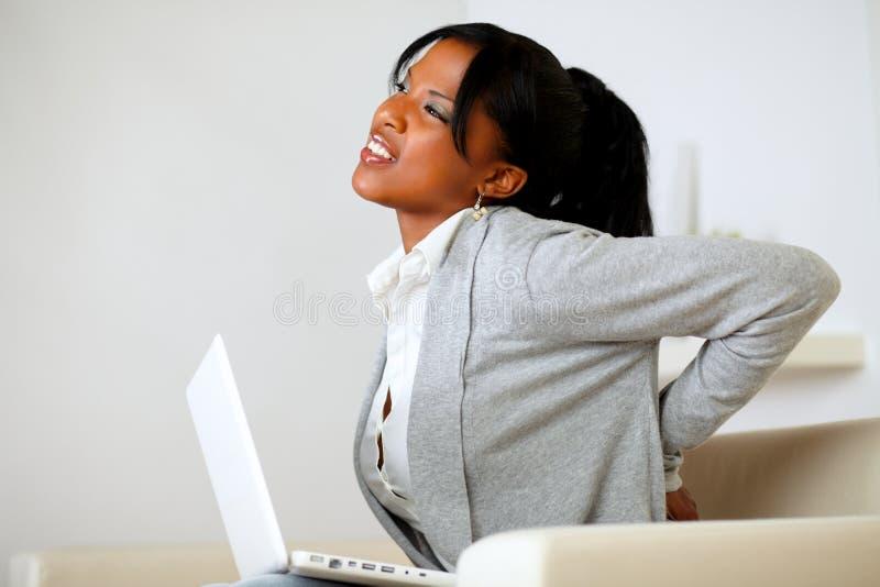 充满背部疼痛的美国黑人的少妇 免版税库存照片