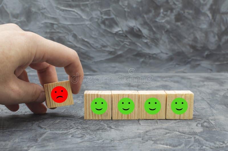 充满象面孔情感幸福和悲伤的木块 免版税库存图片
