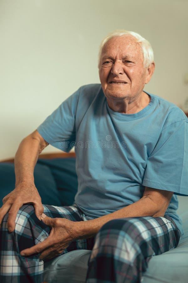 充满骨关节炎痛苦的老人 免版税库存照片