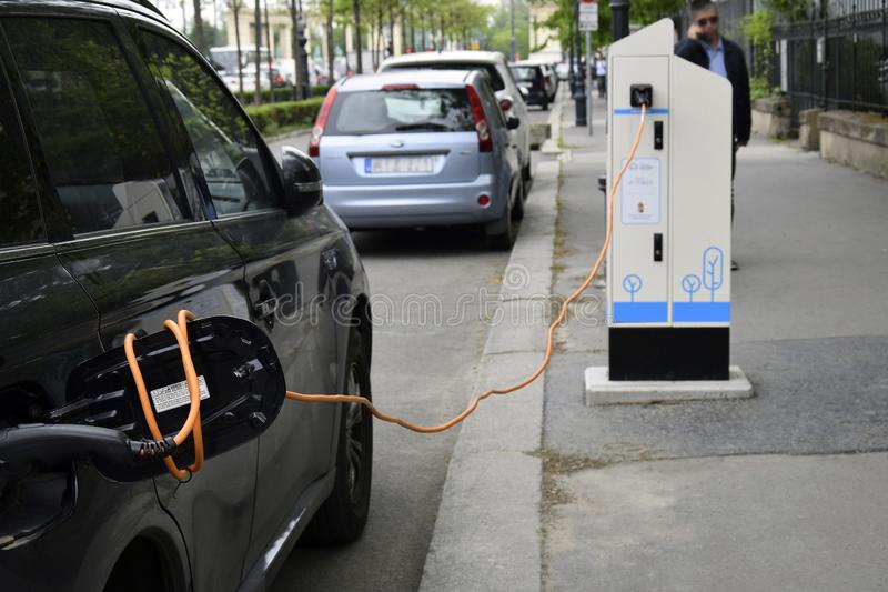 充电一辆电车的过程 免版税库存照片
