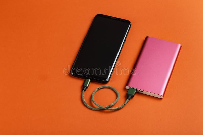 充电与力量银行的智能手机 免版税库存图片