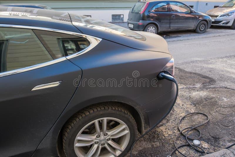 充电与缆绳电源的电现代汽车塞住了  免版税库存照片