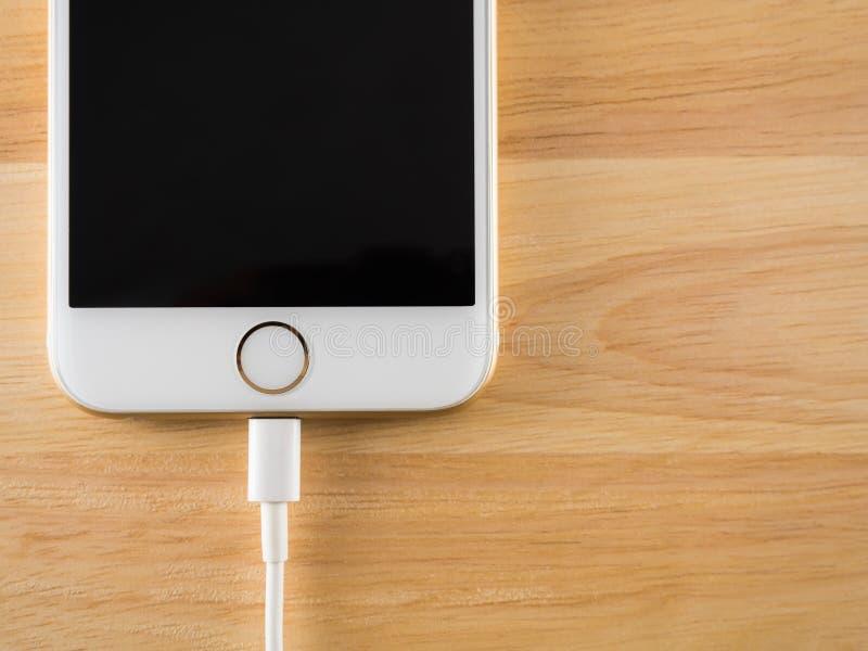 充电与闪电USB缆绳的苹果计算机iPhone6 免版税库存照片