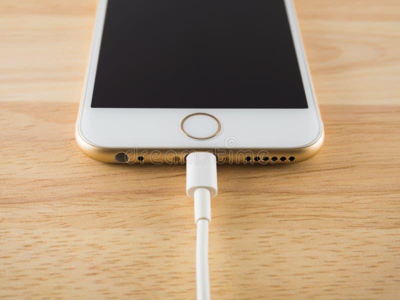 充电与闪电USB缆绳的苹果计算机iPhone6 库存图片