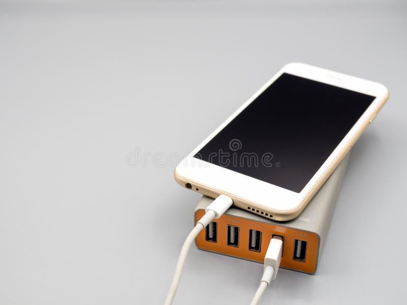 充电与multiport USB力量适配器的智能手机 图库摄影