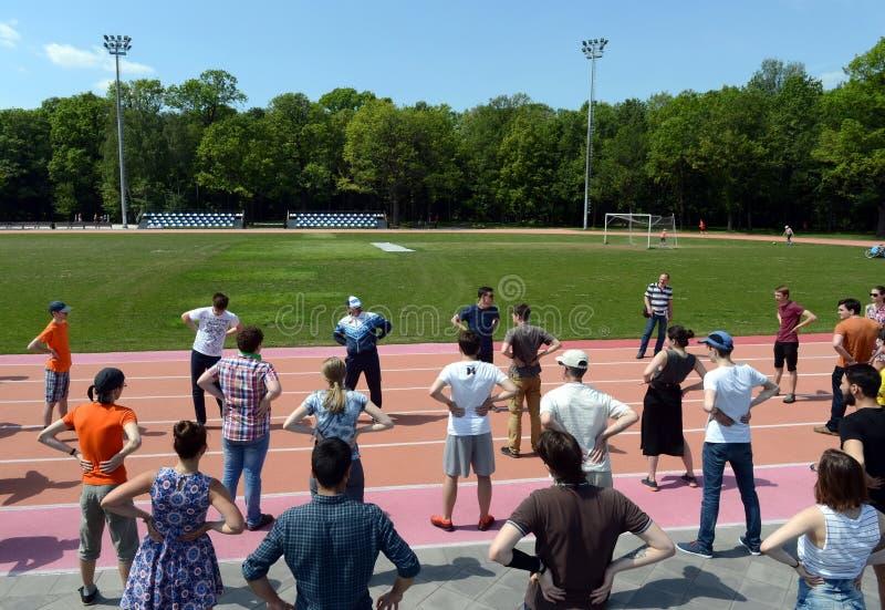 充电在公园`奥斯坦基诺`的体育场 免版税库存照片