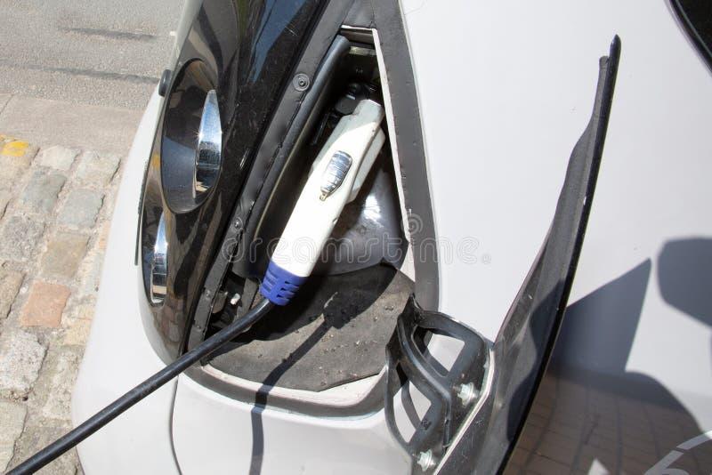 充电在城市街道的一辆电车 库存照片