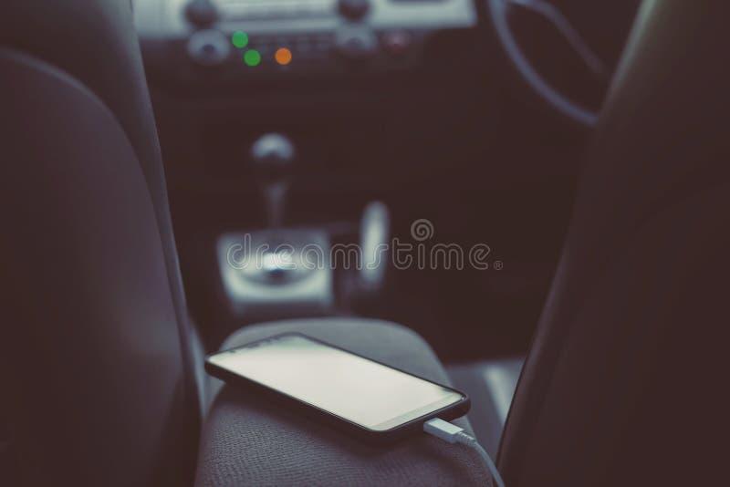 充电在汽车的电池电话 免版税库存图片