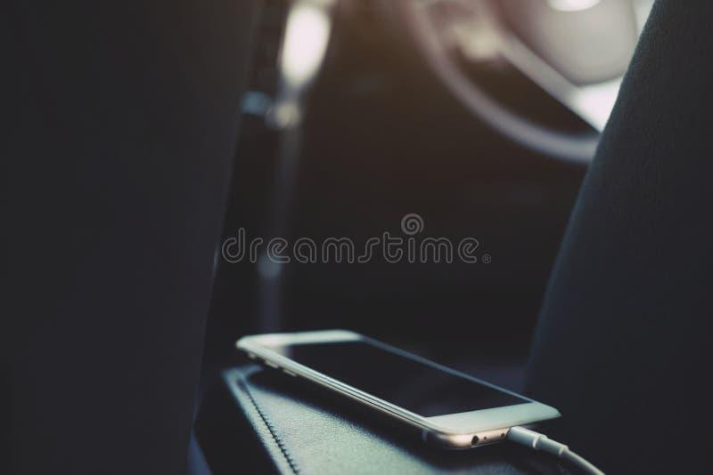 充电在汽车的电池电话 免版税图库摄影
