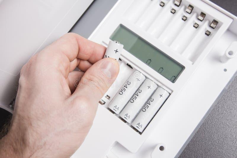 充电手指电池 手插入电池入蓄电池充电器 碱性累加器 图库摄影