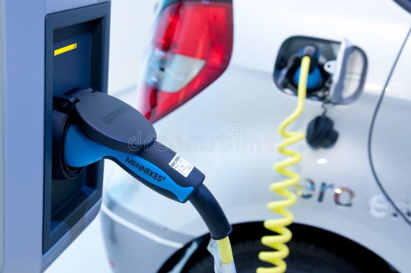 充电杂种插件的汽车