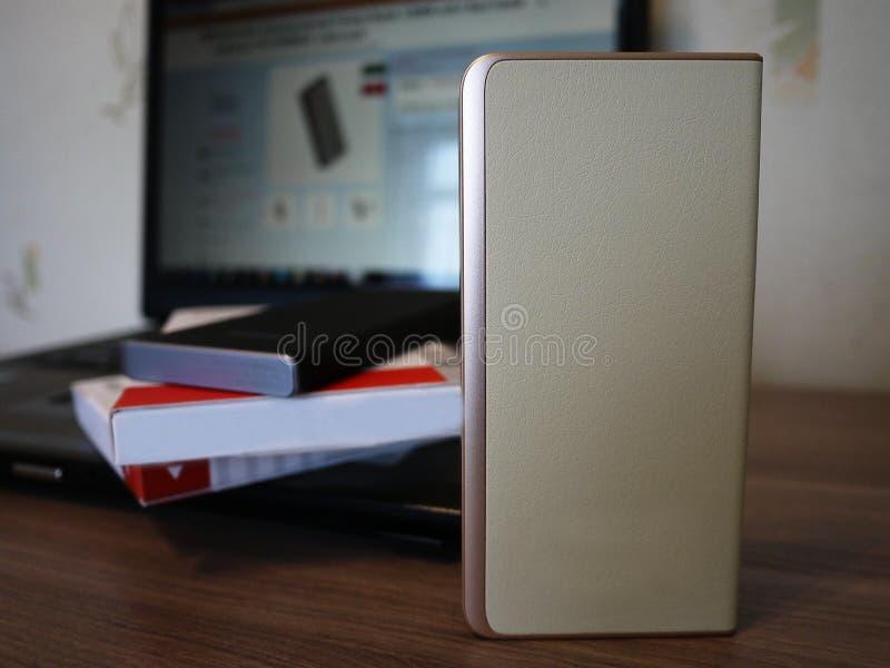 充电的智能手机和其他设备的外部电力银行 服务给电池充电 免版税库存照片