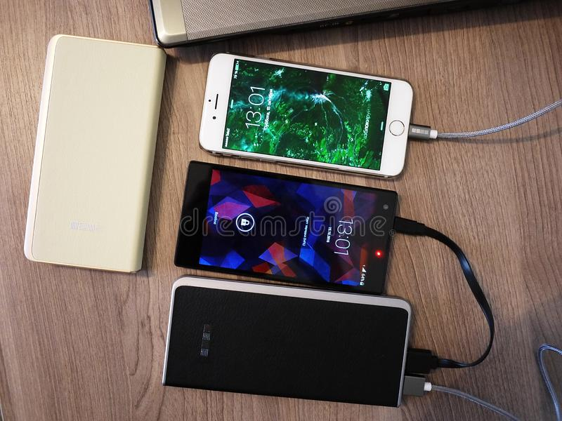 充电的智能手机和其他设备的外部电力银行 服务给电池充电 免版税库存图片