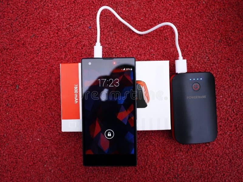 充电的智能手机和其他设备的外部电力银行 服务给电池充电 库存图片