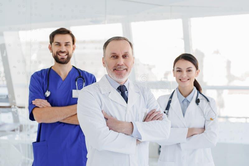 充满信心地摆在快乐的医疗队 库存照片