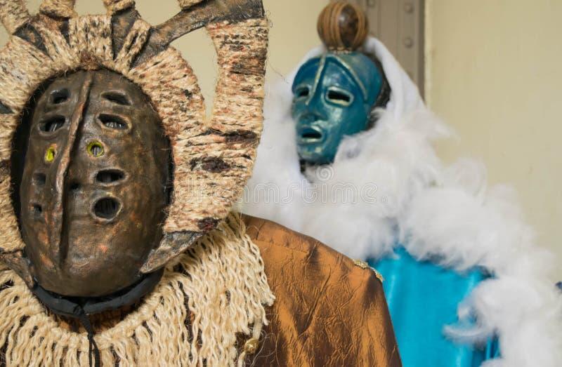 充满活力的金和绿松石马提尼克岛海岛部族服装 免版税库存照片