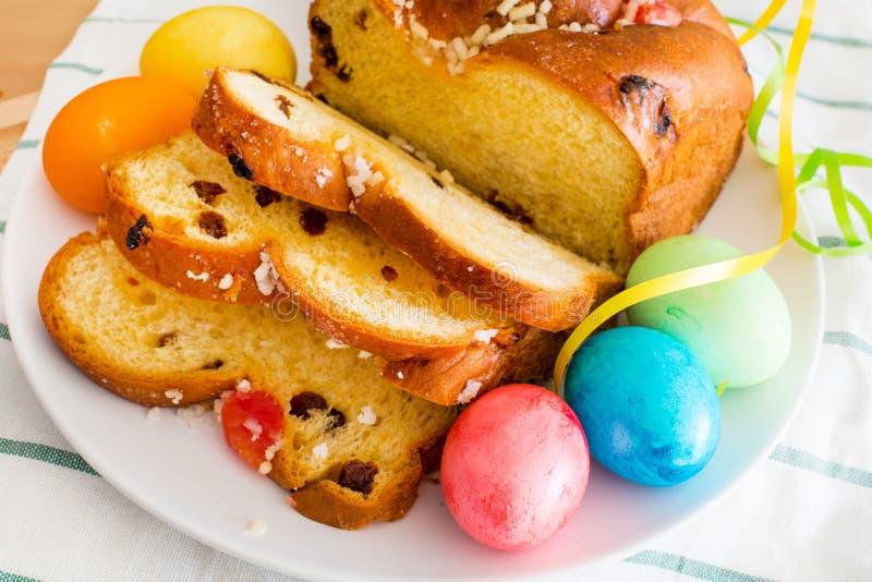 充满活力的颜色假日背景 静物画用复活节彩蛋和传统蛋糕 库存图片