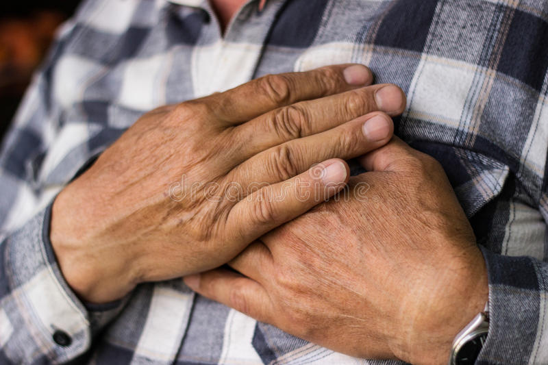 Download 充满胸口痛的老人 库存图片. 图片 包括有 生活方式, 警报, 情感, 关闭, 重点, 现有量, 白种人 - 72354279
