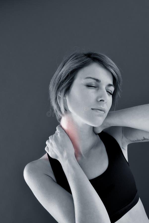充满脖子痛的健身妇女 免版税库存图片